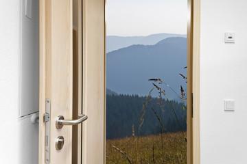 offene Tür früh am Morgen © Matthias Buehner