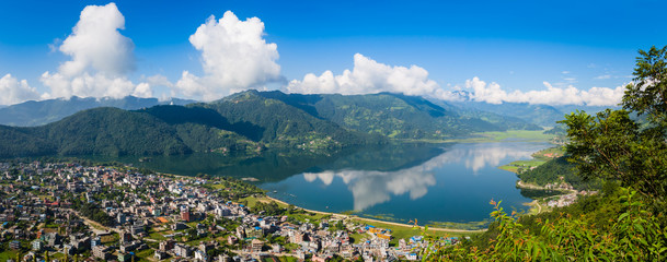 Photo sur cadre textile Népal The popular tourist city of Pokhara and the Phewa Lake