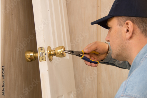 Установка замков в деревянные двери