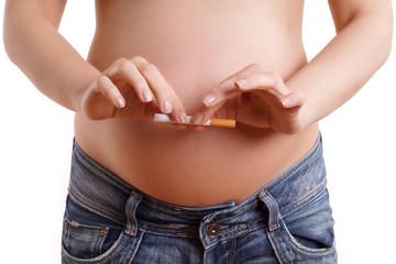 Schwangere Frau hört auf zu rauchen