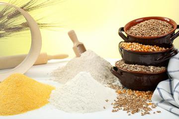 farina composizione con cereali su sfondo giallo