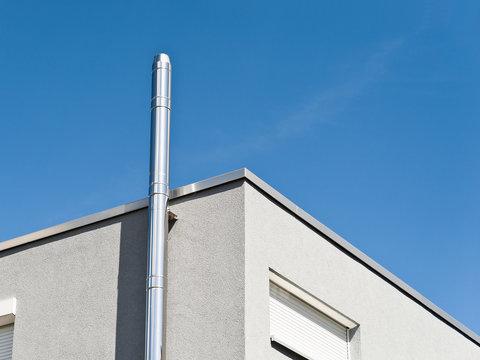 Ein Schornstein aus Edelstahl an einem modernen Gebäude