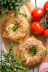 Vollkornbagel mit Käse, Ei und Gurke