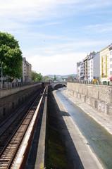 Schienen und Fluss durch Wien