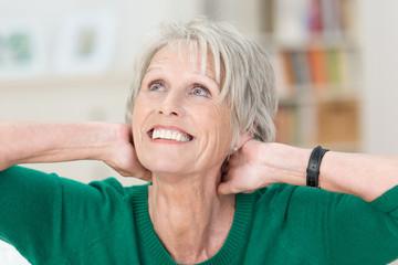 ältere dame hält hände an den nacken