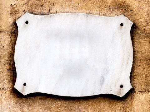 Leeres Schild auf einer Hausmauer