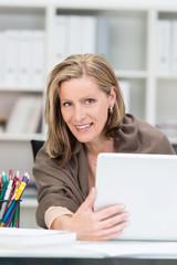 lächelnde geschäftsfrau mit laptop