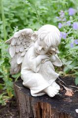 Engelfigur im Garten