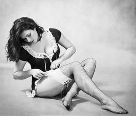 Девушка поправляет чулок фото 698-850