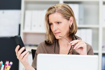 geschäftsfrau liest nachricht am smartphone
