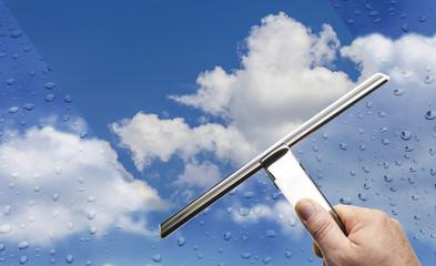 Regenwetter Regentropen auf Scheibe mit blauem Himmel