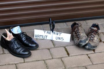 """""""Armut trennt uns""""Schild,Schere, Schuhe reich,arm"""
