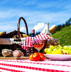 Fotorollo Picknick picnic on the grass