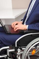 Rollstuhlfahrer mit Laptop 2