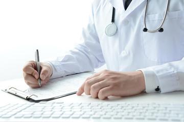 診断書を書く医師