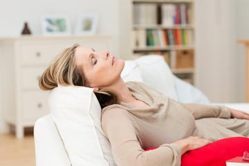 müde frau zuhause auf dem sofa
