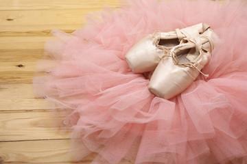 Lamas personalizadas de deportes con tu foto pair of ballet shoes pointes on wooden floor