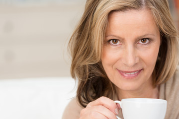 attraktive ältere frau genießt eine tasse kaffee