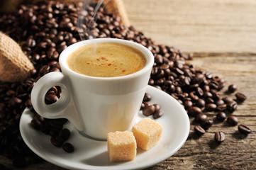 tasse à café mousseux et fumant