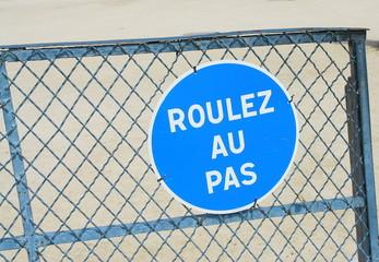 """panneau de signalisation""""roulez au pas"""""""