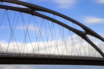 Brücke aus Stahl mit blauem Himmel