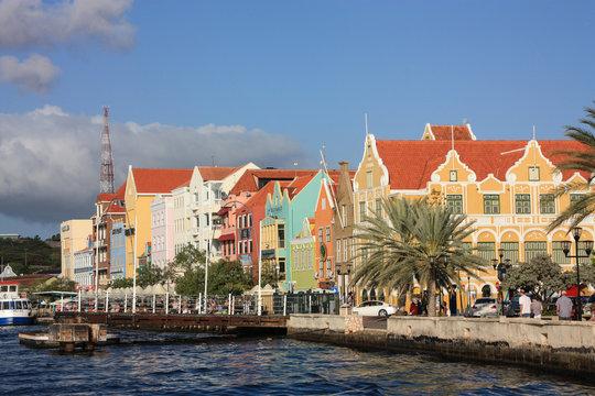 Bunte Häuserzeile der Altstadt von Willemstad (Curacao, Karibik) vom Wasser aus gesehen