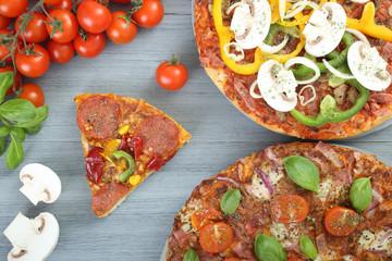 pizza su tavolo di legno grigio