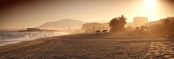 Marbella plaża palma zachód słońca wypoczynek panorama