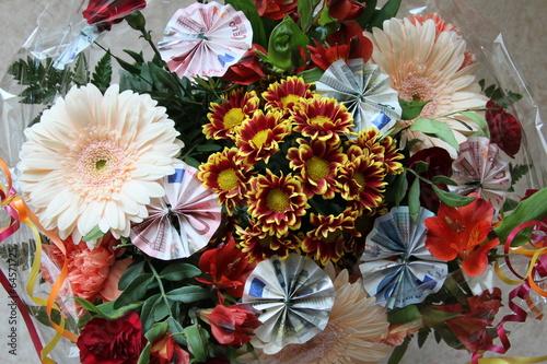 Geldgeschenk In Blumen Gebunden Stockfotos Und Lizenzfreie Bilder