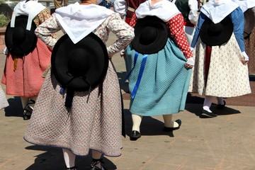 Groupe folklorique dans la rue en Provence