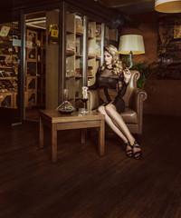 Junge Frau mit Zigarre