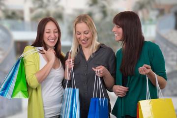 Gruppe junger Frauen hat Spaß beim Shopping im Geschäft