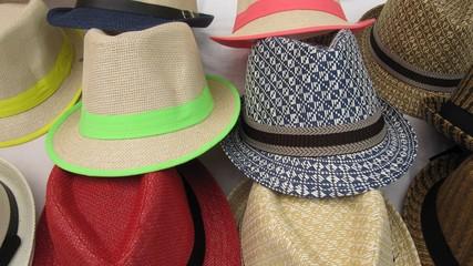 Sombreros en mercado.