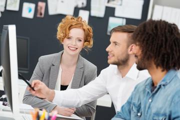 motivierte, kreative geschäftsleute arbeiten zusammen