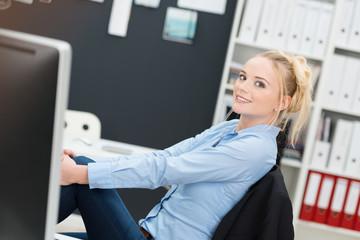 entspannte junge frau am arbeitsplatz