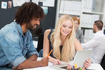 kreative junge leute arbeiten zusammen
