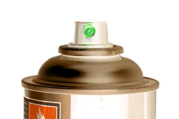 Sprühkopf einer Spraydose (Grüner Lack) freigestellt vor weißem Hintergrund
