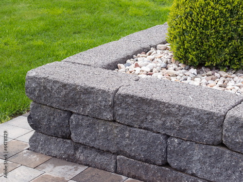 Moderner garten naturstein betonstein beeteinfassung stockfotos und lizenzfreie bilder auf - Garten beeteinfassung ...
