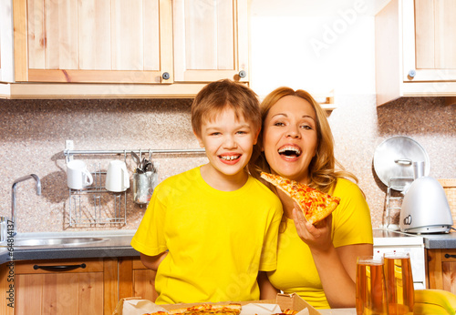 сын трахуд маму пряма на кухне