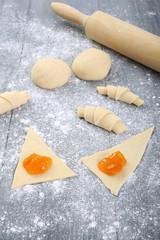preparazione croissant e dolci cotti in forno