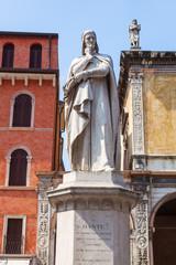 Dante Statue auf der Piazza dei Signori in Verona