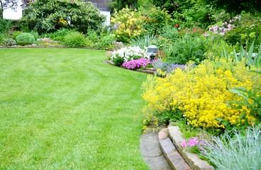 Rasenfläche mit Blumenbeet