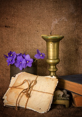 Старые фотокарточки и потухшая свеча