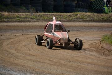 vehiculo buggy girando en una curva de circuito de tierra