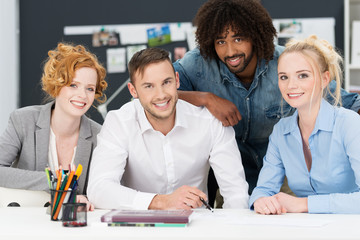 dynamisches team am schreibtisch im büro