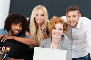 dynamisches junges team mit laptop