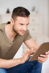 student liest zuhause am tablet-computer