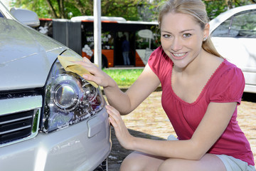 Frau Putzt Auto