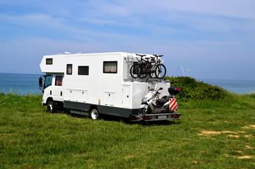 In de dag Kamperen car caravan - green grass - sea
