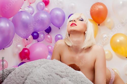 Голая блонда позирует на камеру  705239